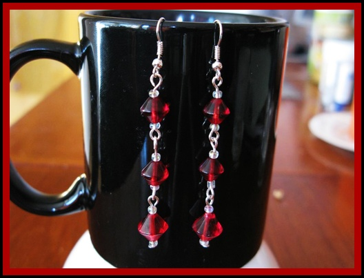 Rood en zilveren gekettelde oorbellen