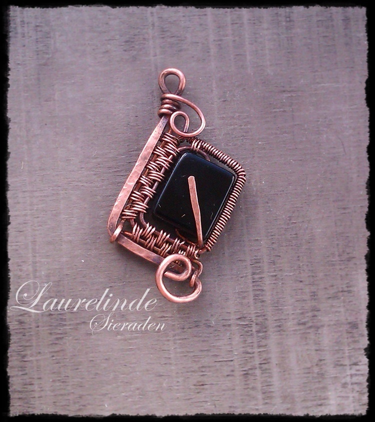 wire wrapped dwarven pendant Isa
