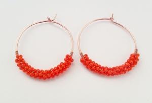 koperen oorcreolen met oranje kralen