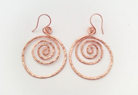 koperen spiraal creolen met textuur