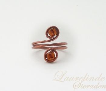 gewikkelde ring met bruine glaskralen