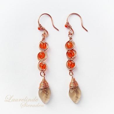 herfst oorbellen, warm oranje glaskralen, koper en bruine blaadjes