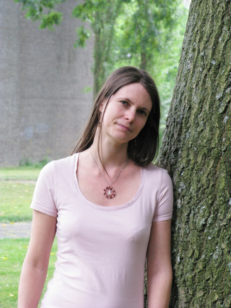 Laurien bij een boom