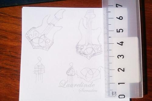 ontwerp voor basgitaar en Mjölnir hanger