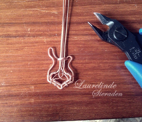 Mjölnir basgitaar hanger bijna klaar