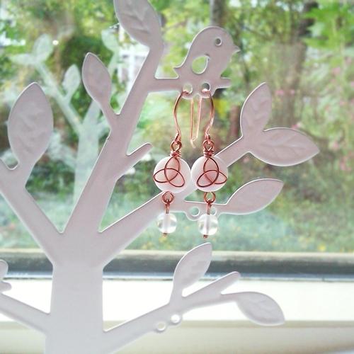 Keltische Triquetra oorbellen, wit en koper