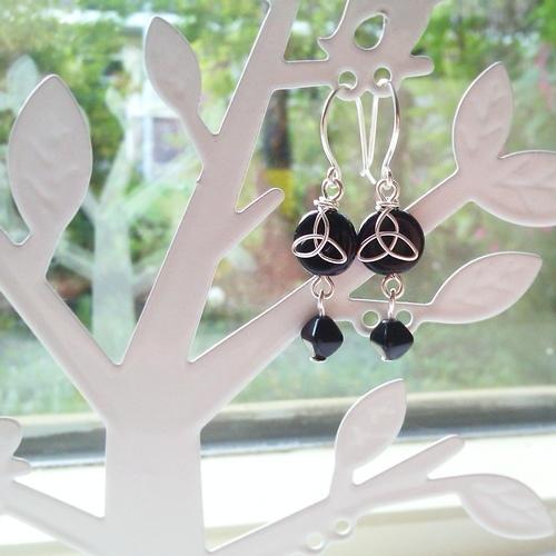 Keltische oorbellen Sinann, zwart en zilver
