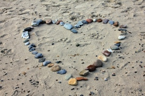 hart van stenen op het strand