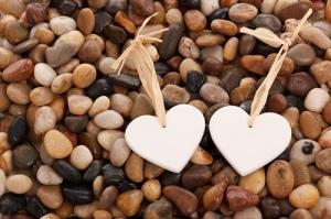 stenen hartjes samen