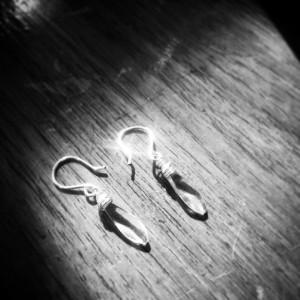 kristal oorbellen in licht, zwart wit