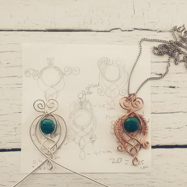 Caoimhe, keltische hanger met ontwerpschetsen