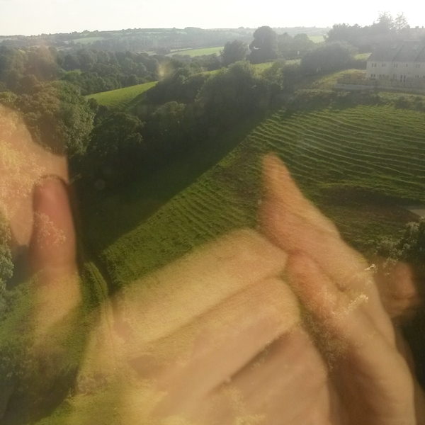 groene glooiende heuvels en twee handen