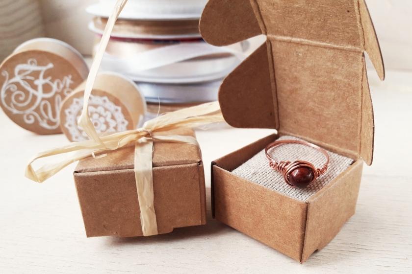 kraft doosjes sieraden verpakking met raffia lint en stempel