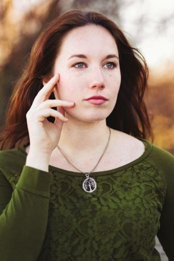 vrouw met keltische levensboom in groen blloemenshirt, foto door JKFotohaus