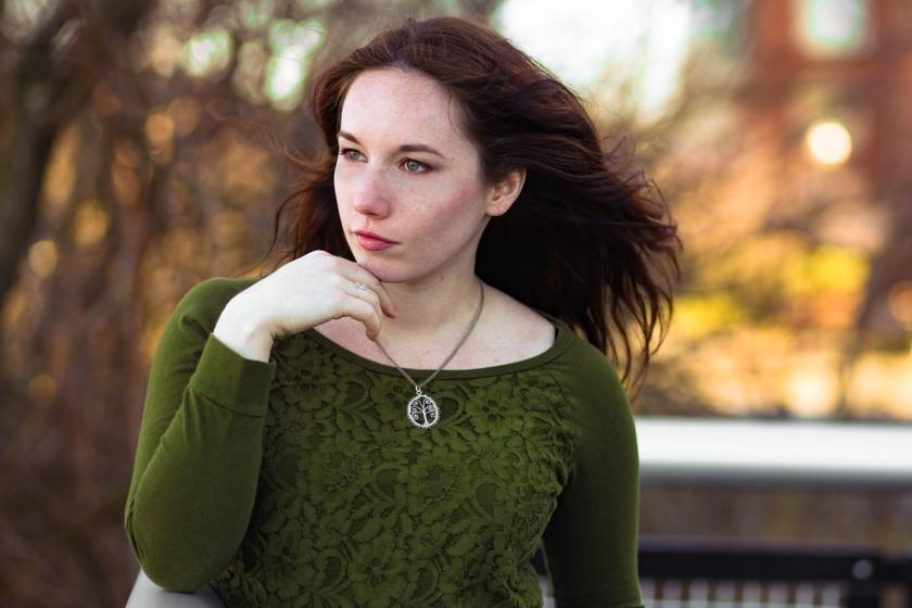 moderl met zilveren levensboom ketting voor een warme achtergrond, foto door JKFotohaus