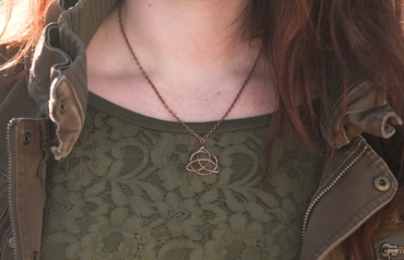 copper triquetra necklace on a green lace shirt, photo by JKFotohaus