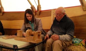 Francis en ik aan het houtbewerken