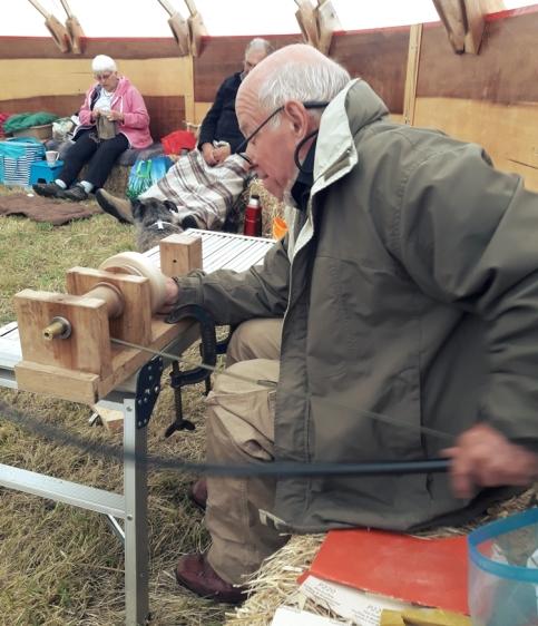 Francis aan het houtbewerken en Margaret aan het naalbinden