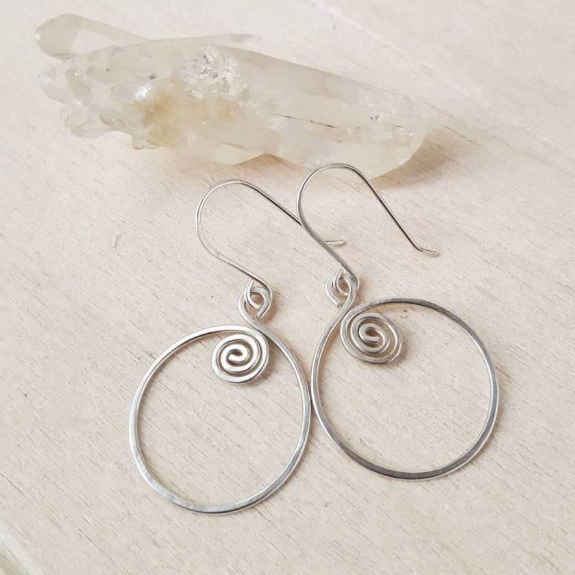 Zilveren spiraal oorbellen met kristal