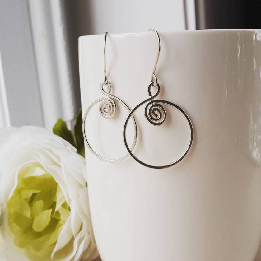 Zilveren spiraal oorbellen met bloem